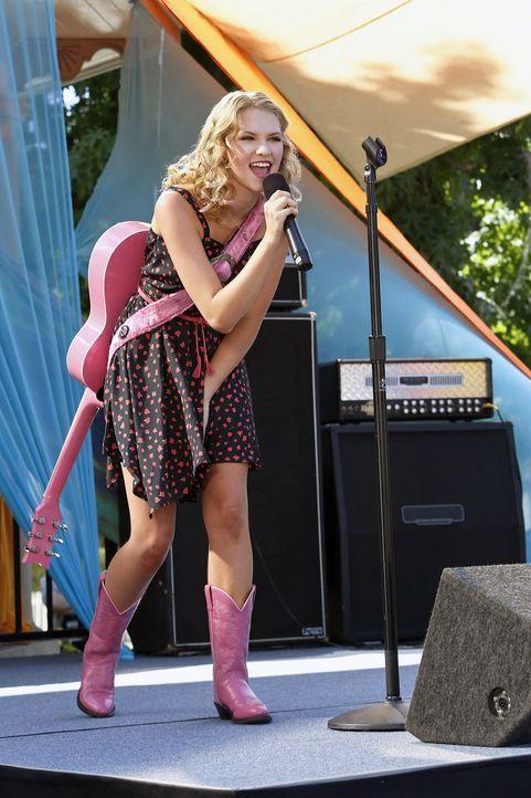 Magnolia (Claudia Lee) nutzt die Chance des BluebellApalooza, um vor dem ganzen Ort im Mittelpunkt zu stehen ... - Bildquelle: Warner Bros.