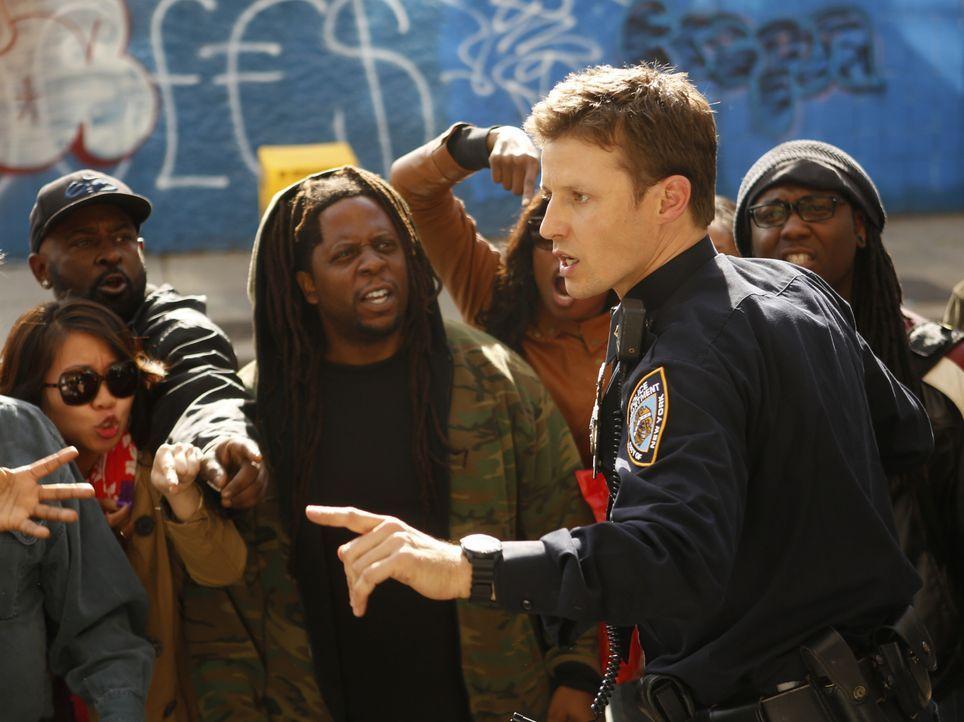 Der gewaltsame Tod eines 14-Jähringen Gangmitglieds durch einen Cop des NYPD sorgt für Aufruhr unter den Bürgern und bringt Jamie (Will Estes) in ei... - Bildquelle: 2013 CBS Broadcasting Inc. All Rights Reserved.