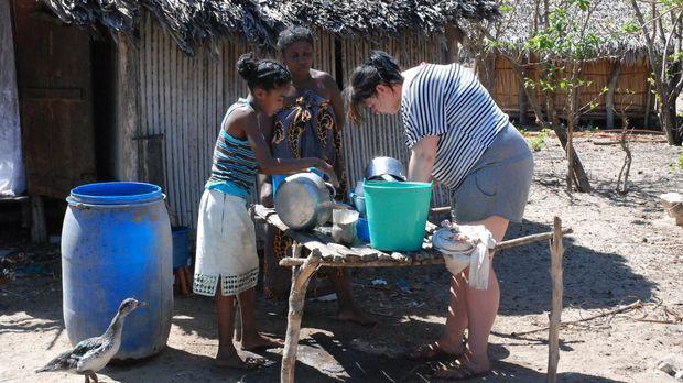 Die 17-jährige Marta (r.) soll auf der Insel Madagaskar endlich begreifen, da...