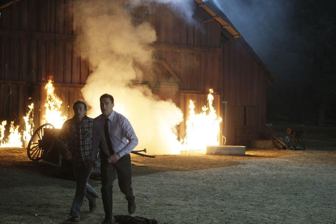 Dave Martin, Mitbesitzer einer Grundstücksfirma, kommt bei einem Brandanschlag ums Leben. Patrick Jane (Simon Baker, l.) und Wayne Rigsby (Owain Yeo... - Bildquelle: Warner Bros. Television