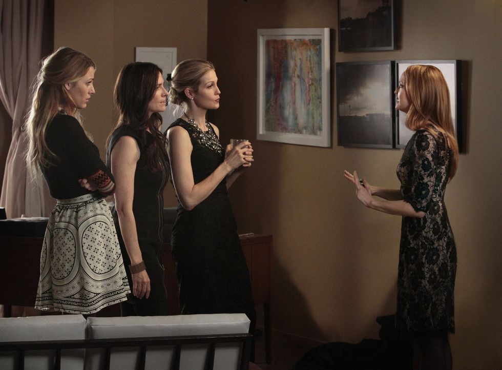 Nach CeCes Tod findet im Appartement der Van der Woodsens die Trauerfeier statt: (v.l.n.r.) Serena (Blake Lively), Carol (Sheila Kelley), Lily (Kell... - Bildquelle: Warner Bros. Television