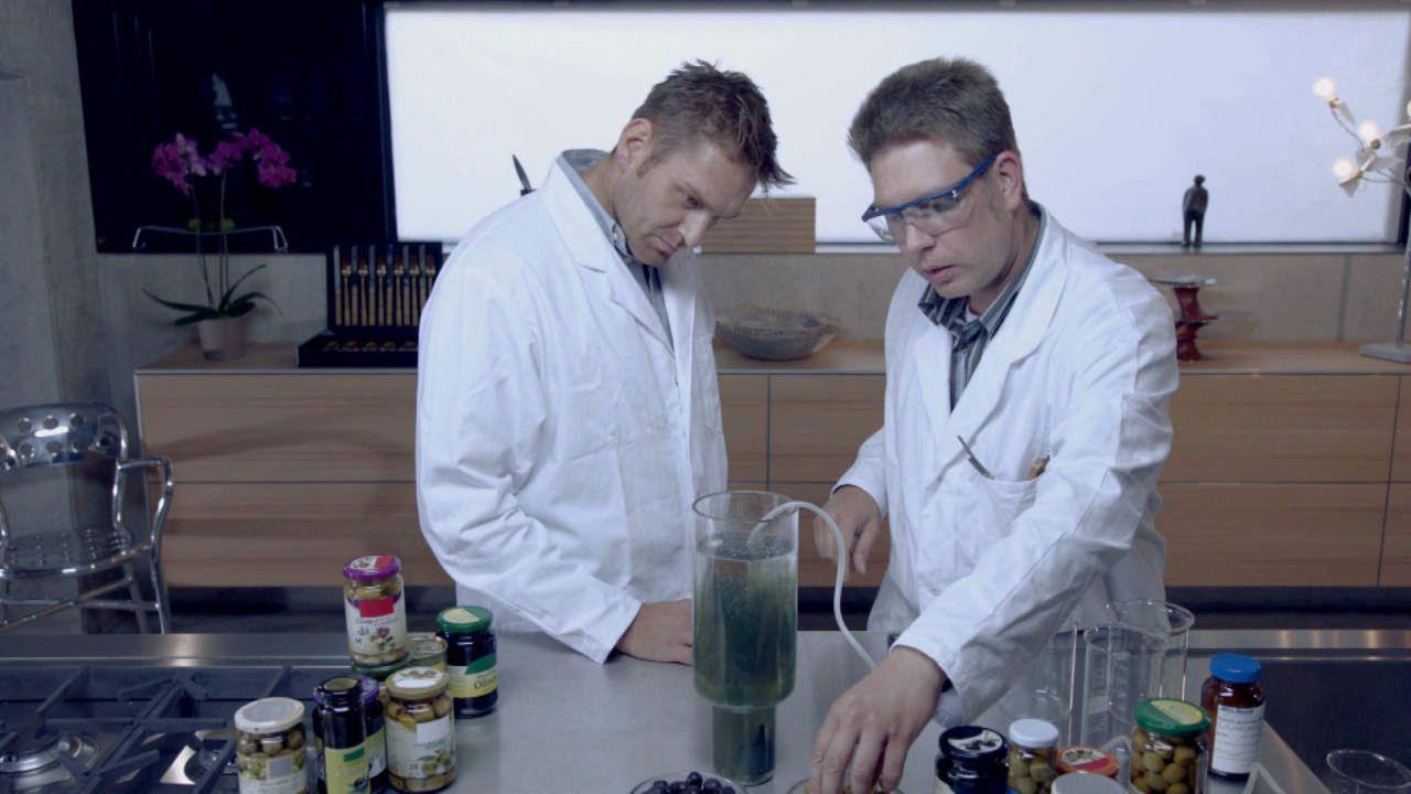 Der große Waren-Check - Wissen, was drin ist: Wo liegt der Unterschied zwischen grünen und schwarzen Oliven? Reporter Bane (l.) und Chemiker Dr. J... - Bildquelle: SAT.1