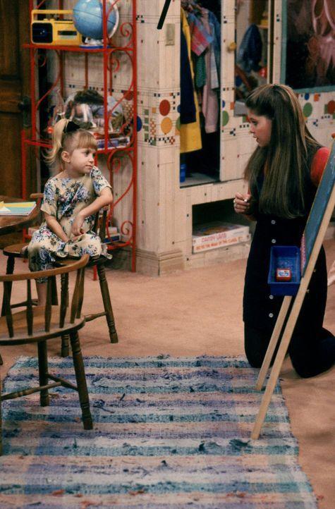 Früh übt sich, wer ein Meister werden will: D.J. (Candace Cameron, r.) gibt Michelle (Mary-Kate/Ashley Olsen, l.) ein paar Unterrichtsstunden im Les... - Bildquelle: Warner Brothers Inc.
