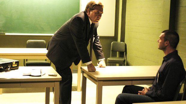 Bob (Scott Foley, r.) wird von einem Juristen (Brian Howe, l.) des FBI verhör...