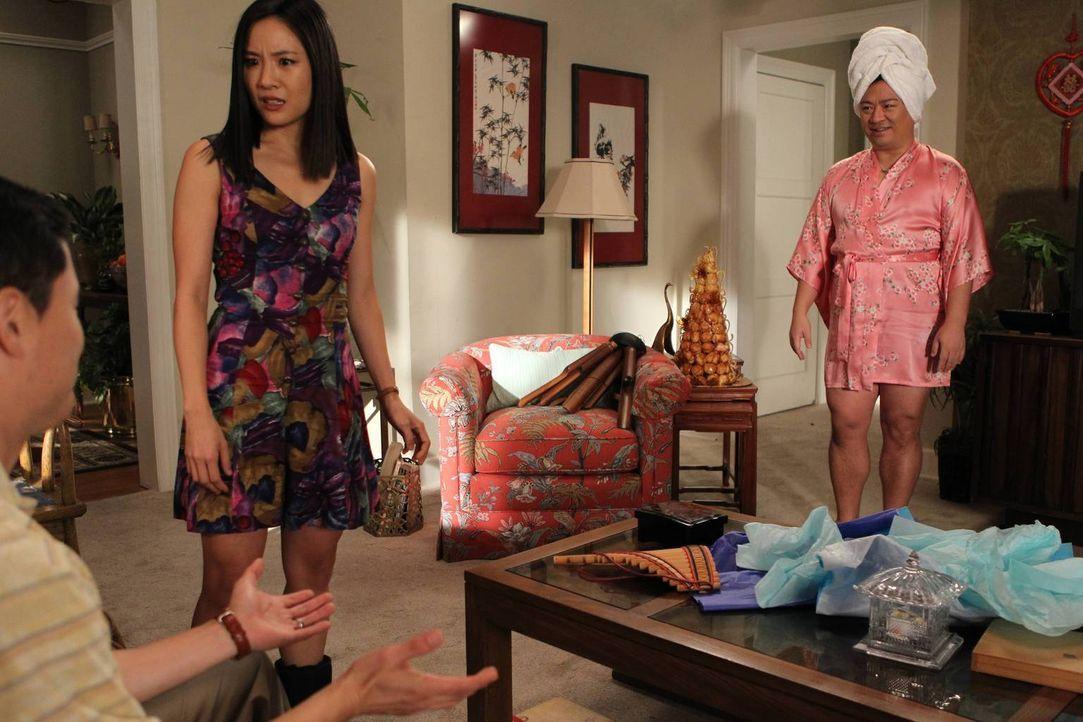 Jessica (Constance Wu, M.) kann es nicht verstehen, dass ihre Ehemann Louis (Randall Park, l.) nicht auf ihren Exfreund Oscar (Rex Lee, r.) eifersüc... - Bildquelle: John Fleenor 2015 American Broadcasting Companies. All rights reserved.