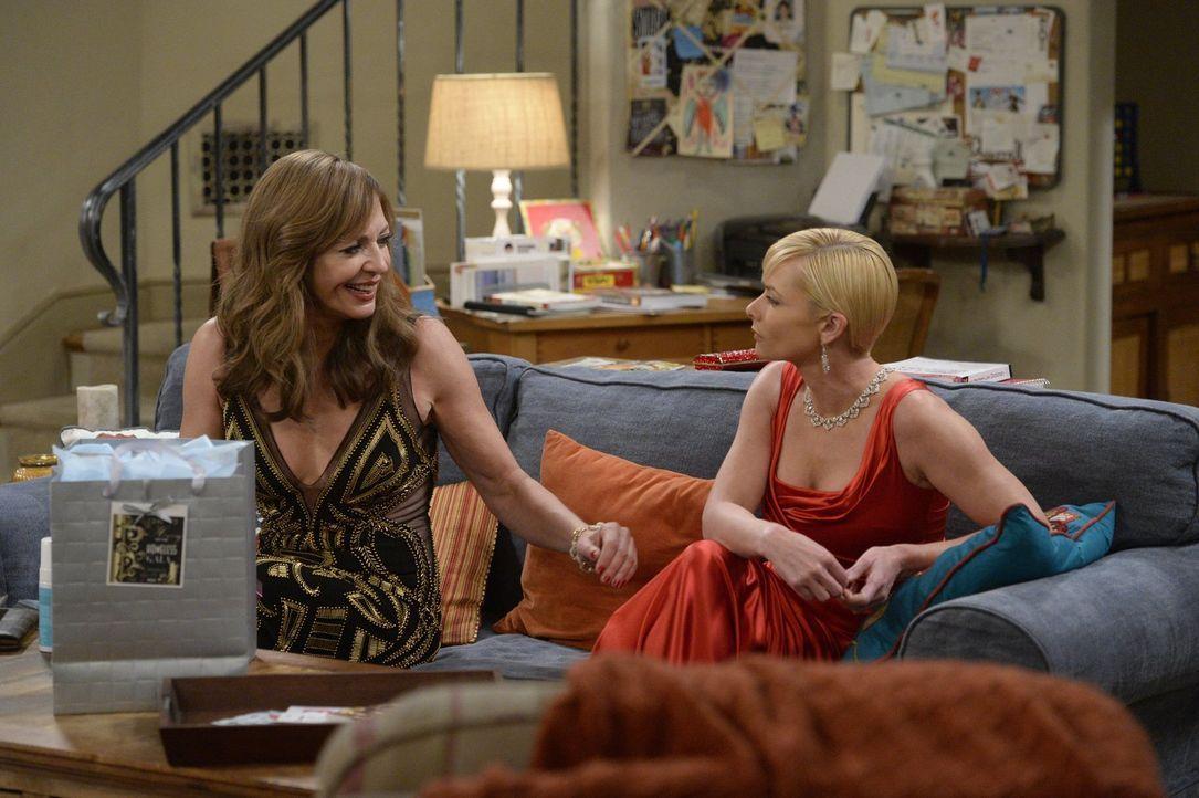 Bonnie (Allison Janney, l.) hofft, von Jill (Jaime Pressly, r.) zu einer Wohltätigkeitsgala mitgenommen zu werden ... - Bildquelle: 2015 Warner Bros. Entertainment, Inc.