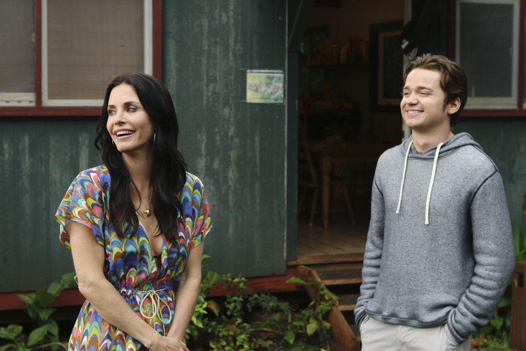 Kann Jules (Courteney Cox, l.) ihren Sohn Travis (Dan Byrd, r.) zur Vernunft bringen, damit er wieder mit nach Hause kommt? - Bildquelle: 2010 ABC INC.