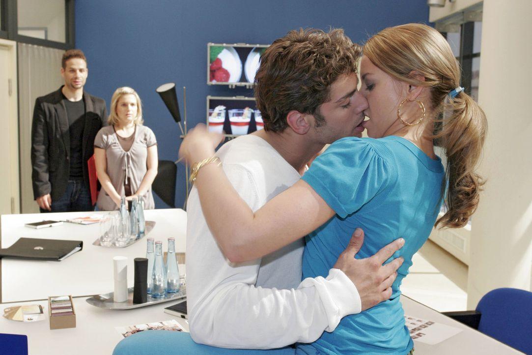 Jannick (Mike Adler, l.) und Anna (Jeanette Biedermann, 2.v.l.) überraschen Jonas (Roy Peter Link, 2.v.r.) und Katja (Karolina Lodyga, r.) beim Küss... - Bildquelle: Claudius Pflug Sat.1