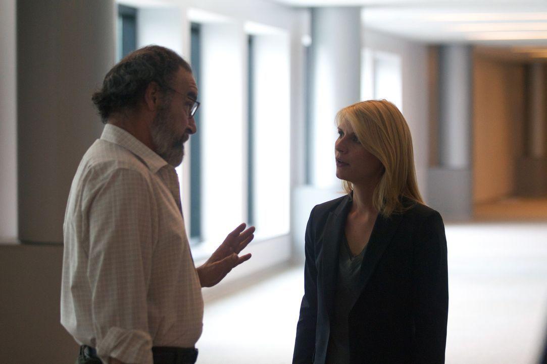 Als Carrie (Claire Danes, r.) Saul (Mandy Patinkin, l.) belügt, verliert sie das Vertrauen ihres Chefs. Mit weitreichenden Folgen ... - Bildquelle: 2011 Twentieth Century Fox Film Corporation. All rights reserved.