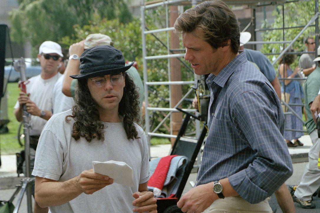 """Regisseur Tom Shadyac (l.) mit Jim Carey (r.) während des Drehs zu """"Bruce Allmächtig"""". - Bildquelle: 2003 Universal Studios. All rights reserved"""