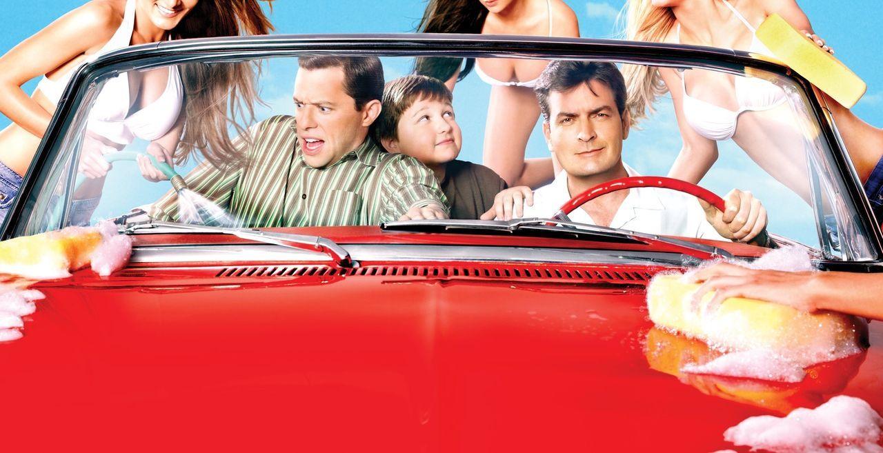(5. Staffel) - At the Carwash: Charlie (Charlie Sheen, vorne r.), Alan (Jon Cryer, vorne l.) und Jake (Angus T. Jones, vorne M.) ... - Bildquelle: Warner Brothers Entertainment Inc.