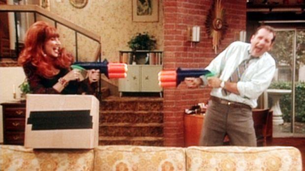 Al Bundy (Ed O'Neill, r.) spielt begeistert mit Ehefrau Peggy (Katey Sagal, l...