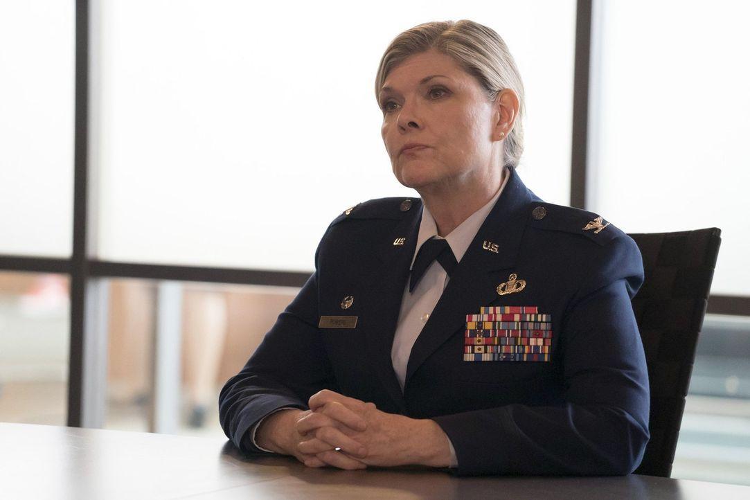 Kann Colonel Powers (Debra Monk) bei den Ermittlungen in ihrem neuen Fall helfen? - Bildquelle: Warner Brothers