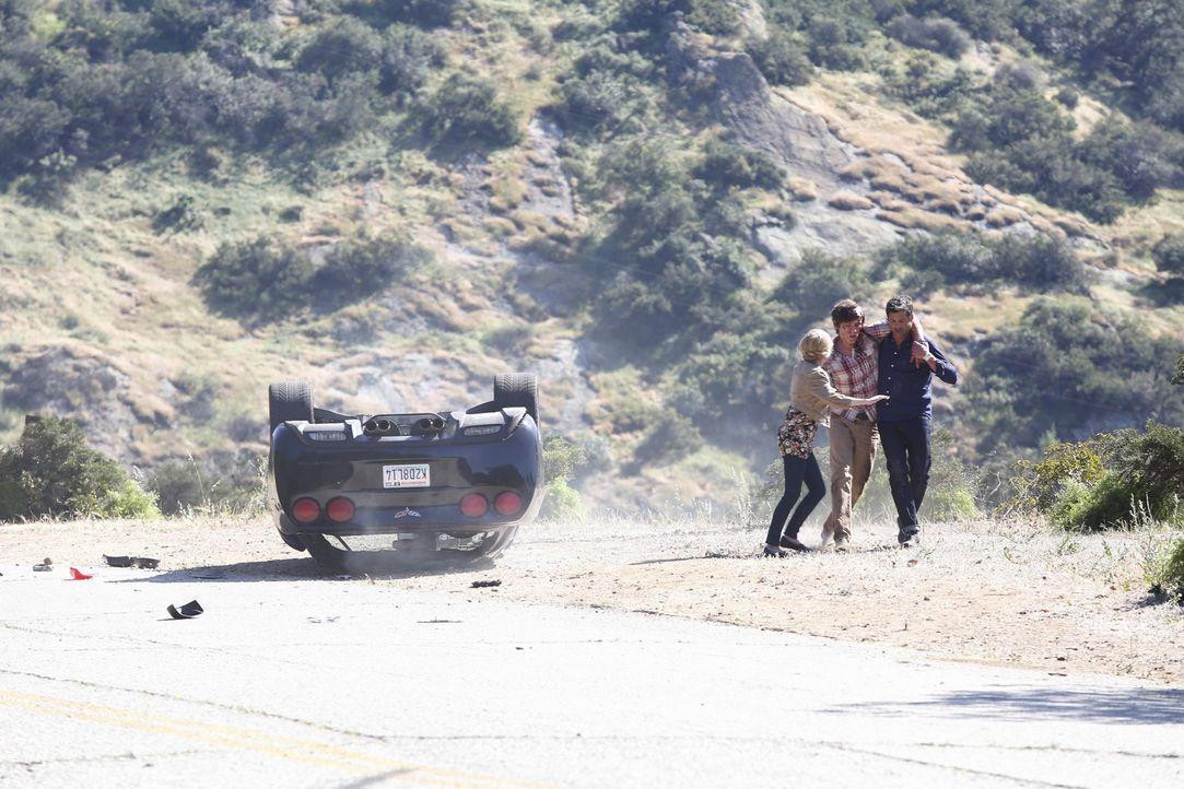 Als er Zeuge eines schrecklichen Autounfalls wird, macht Derek (Patrick Dempsey, r.) alles in seiner Macht stehende, um Alana (Allie Grant, l.) und... - Bildquelle: ABC Studios