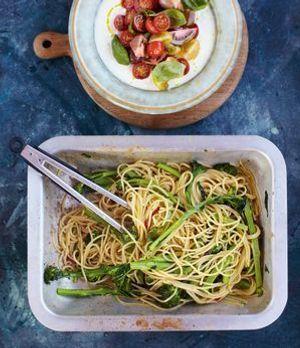 Die perfekte Kombination: Spaghetti mit Sardellen mit Tomatensalat von Jamie...