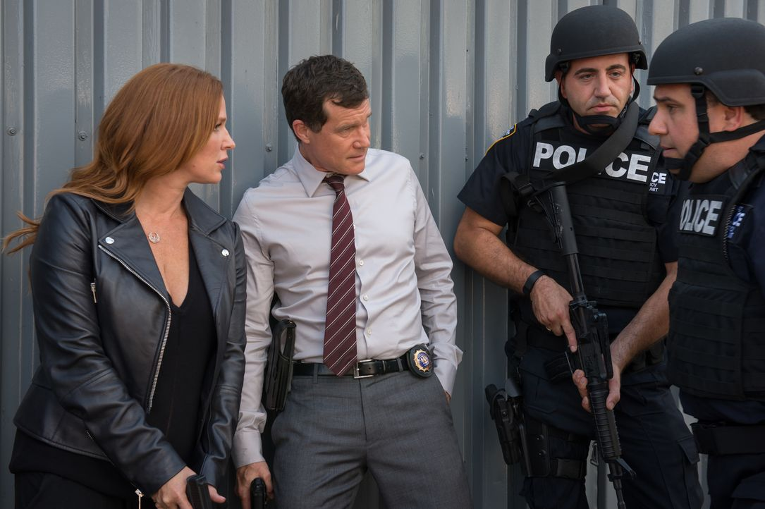 Stehen Al (Dylan Walsh, 2.v.l.), Carrie (Poppy Montgomery, l.) und die Major-Crimes-Unit kurz vor dem Durchbruch im Fall der Kindesentführung? - Bildquelle: Jeff Neumann 2015, 2016 Sony Pictures Television Inc. All Rights Reserved.