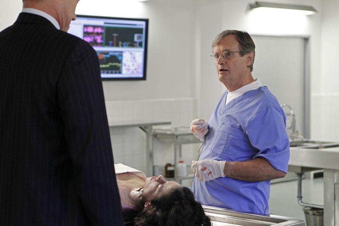Bei den Ermittlungen: Ducky (David McCallum, r.) und Metro Detective Danny Sportelli (Jack Conley, l.) ... - Bildquelle: CBS Television