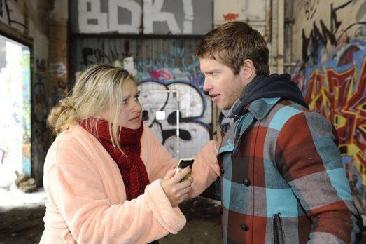 Mia (Josephine Schmidt, l.) ist voller Sorge um ihren Bruder. David lässt Joj...