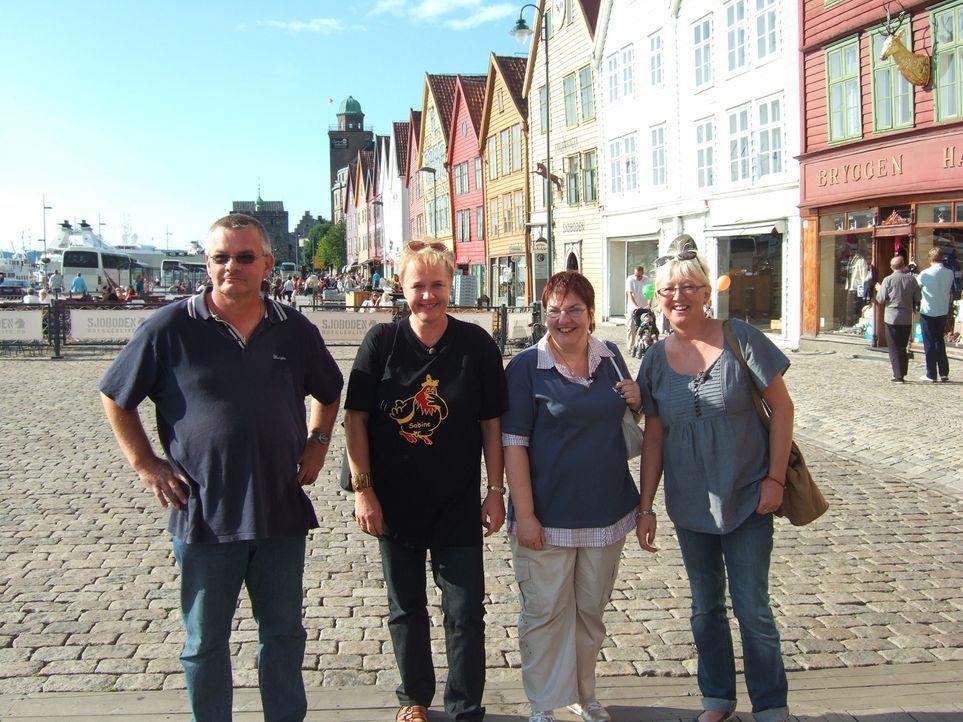 Norwegen ist schön, aber auch sehr einsam. Deshalb hat sich der Berliner Karl-Heinz Wills (l.), der seit zwei Jahren im hohen Norden lebt drei Fraue... - Bildquelle: kabel eins
