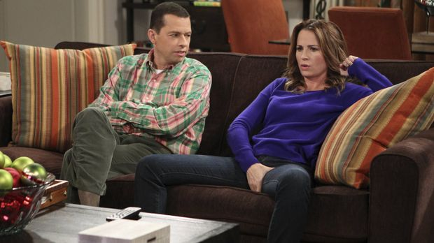 Alan (Jon Cryer, l.) trifft sich immer noch mit Paula (Paula Marshall, r.), d...
