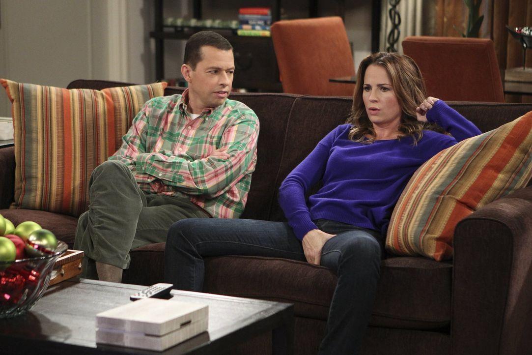 Alan (Jon Cryer, l.) trifft sich immer noch mit Paula (Paula Marshall, r.), die früher einmal ein Mann war. Als er deren Ex-Frau Rachel kennenlernt,... - Bildquelle: Warner Brothers