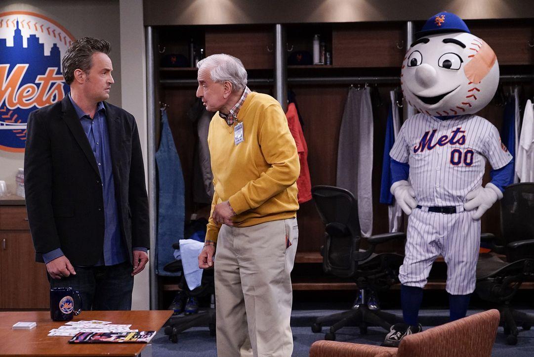 """Oscar (Matthew Perry, l.) darf den First Pitch bei einem Spiel der """"New York Mets"""" machen; eine ehrenvolle Aufgabe, die normalerweise Prominenten vo... - Bildquelle: Cliff Lipson 2015 CBS Broadcasting, Inc. All Rights Reserved"""