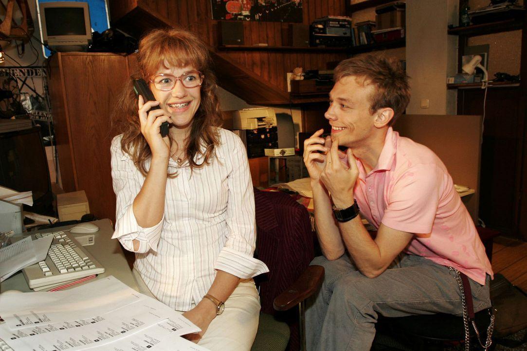 Lisa (Alexandra Neldel, l.) und Jürgen (Oliver Bokern, r.) haben Großes mit B.STYLE vor und proben schon einmal das perfekte Geschäftstelefonat.... - Bildquelle: Sat.1