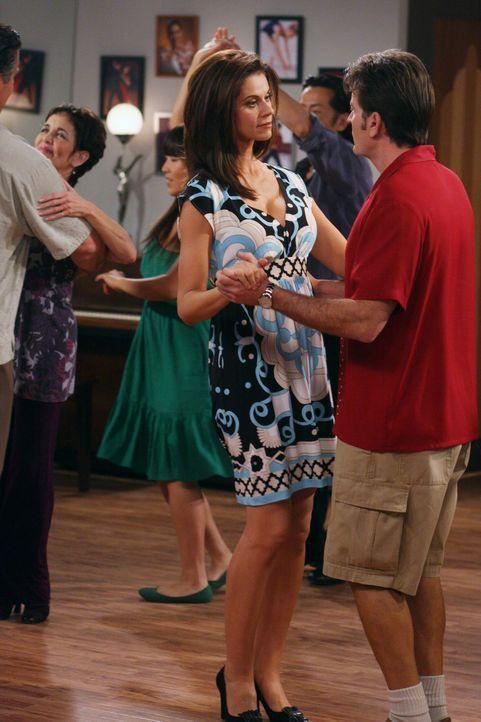 Nehmen nun doch an einem Tanzkurs teil: Charlie (Charlie Sheen, r.) und Chelsea (Jennifer Taylor, l.) ... - Bildquelle: Warner Brothers