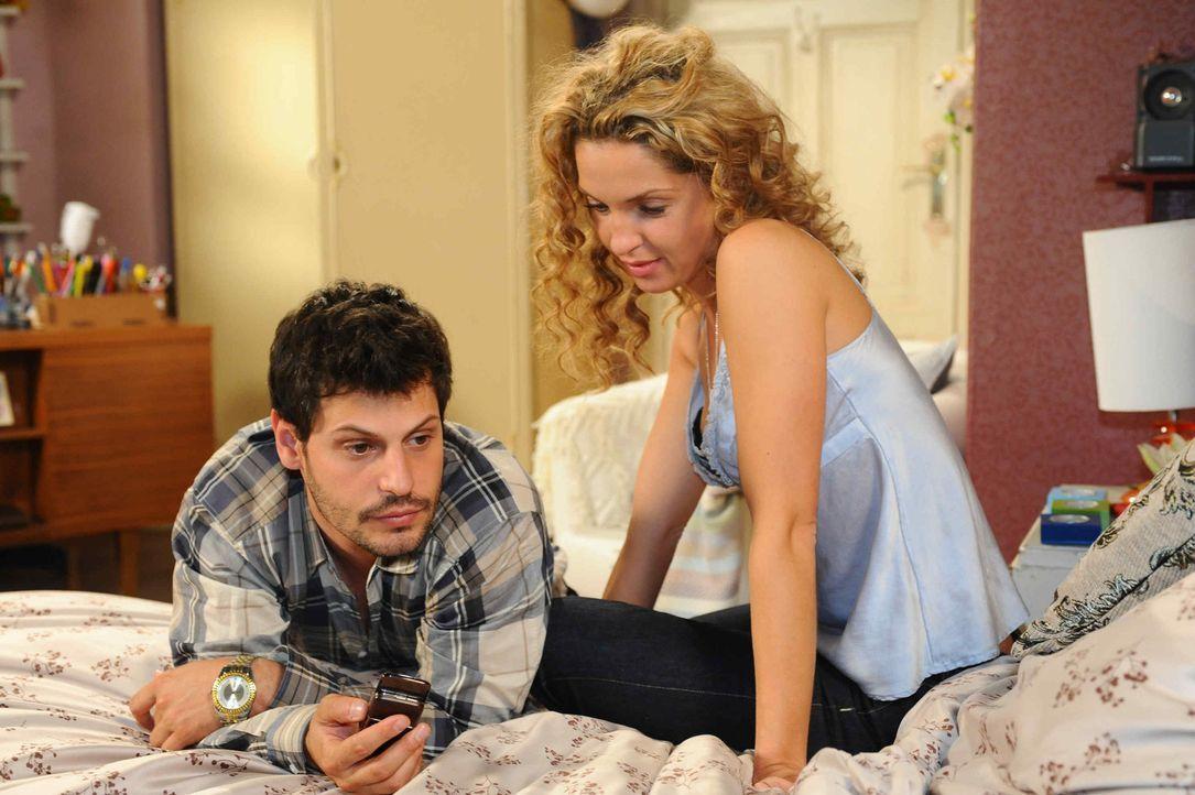Gerade als Luca (Manuel Cortez, l.) und Nina (Maria Wedig, r.) endlich allein zu sein scheinen, werden sie von Lucas Putzfrau gestört. Doch aufgesc... - Bildquelle: SAT.1