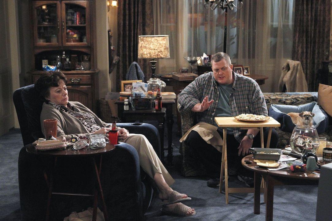 Während sich Mollys Familie über ihr Glück freut, warnt Mikes (Billy Gardell, r.) Mutter Peggy (Rondi Reed, l.) ihn, sich nicht das Herz von ihr... - Bildquelle: Warner Bros. Television