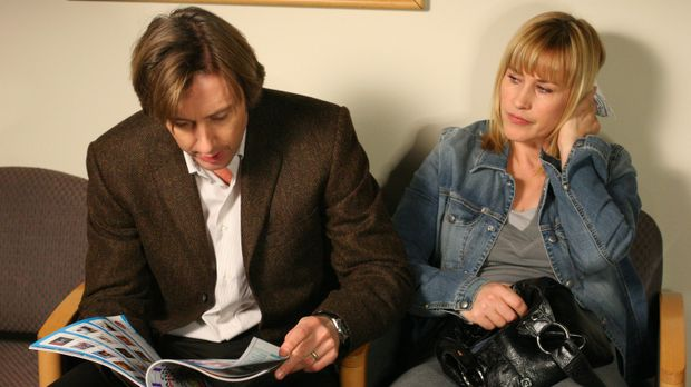 Allison (Patricia Arquette, r.) ist im Bad gestürzt. Joe (Jake Weber, l.) beg...