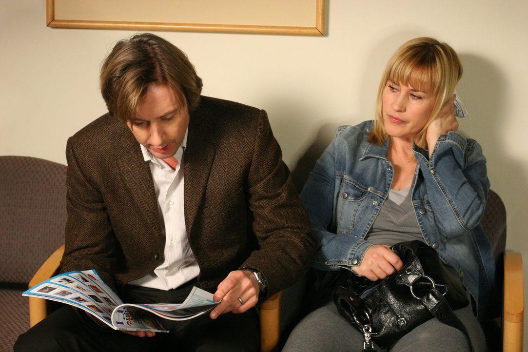 Allison (Patricia Arquette, r.) ist im Bad gestürzt. Joe (Jake Weber, l.) begleitet sie zum Arzt ... - Bildquelle: Paramount Network Television