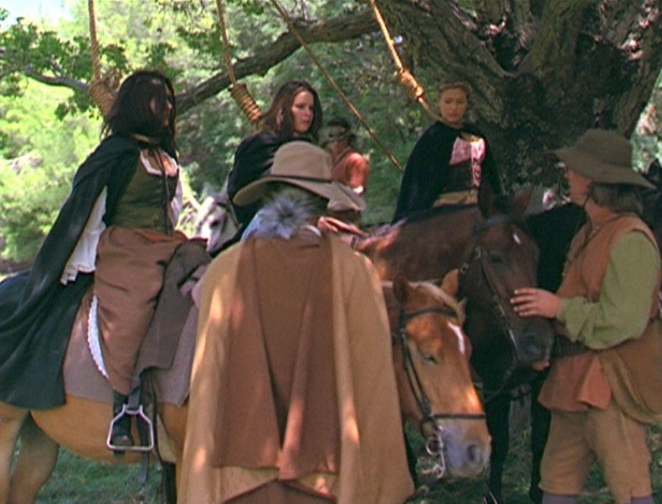 Prue (Shannen Doherty, l.), Piper (Holly Marie Combs, M.) und Phoebe (Alyssa Milano, r.) müssen feststellen, dass man im 17. Jahrhundert mit Hexen k... - Bildquelle: Paramount Pictures