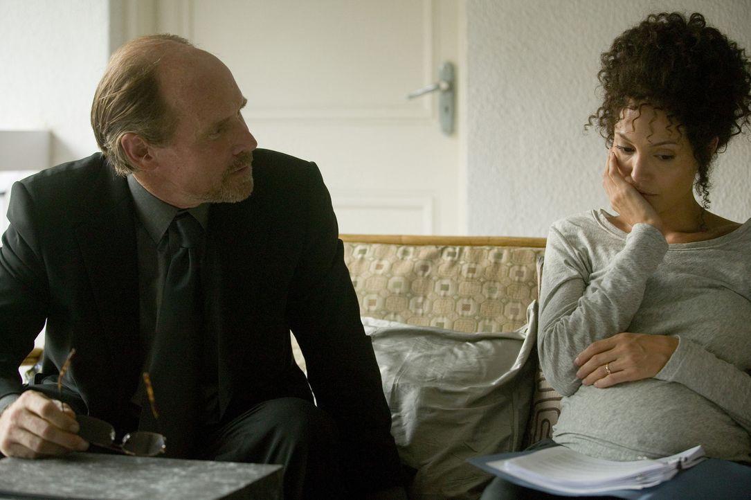 Mariane Pearl (Angelina Jolie, r.) nimmt Kontakt zu Randall Bennett (Will Patton, l.) vom diplomatischen Sicherheitsdienst auf in der Hoffnung, dass... - Bildquelle: 2012 BY PARAMOUNT VANTAGE, A DIVISION OF PARAMOUNT PICTURES. ALL RIGHTS RESERVED
