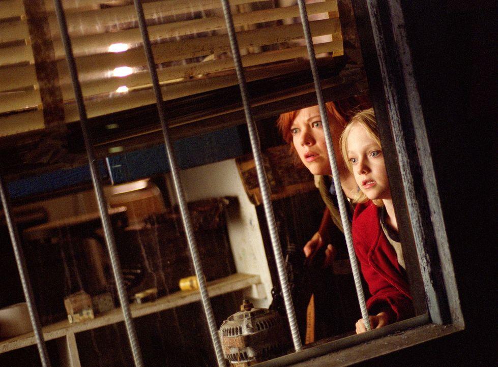 Auf der Flucht: Allie (Dakota Fanning, r.) und ihre Mutter Lisa (Emily Bergl, l.) ... - Bildquelle: TM &   DREAMWORKS LLC.All Rights Reserved