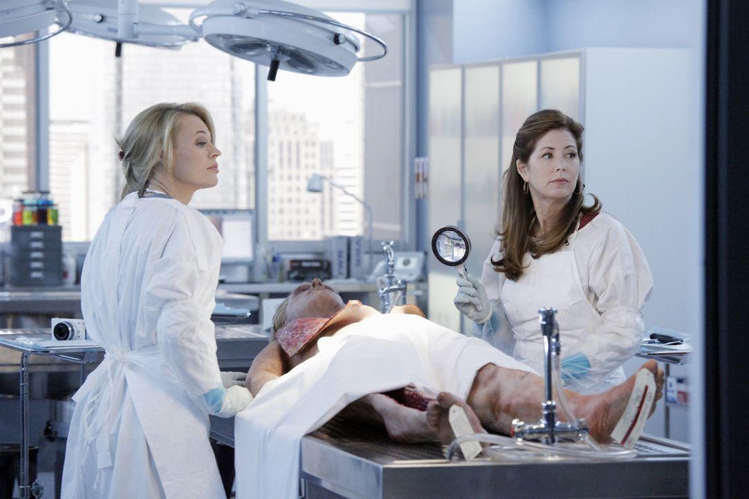 Dr. Megan Hunt (Dana Delany, r.) untersucht zusammen mit Dr. Kate Murphey (Jeri Ryan, l.) die Leiche eines Mannes und machen dabei eine erschreckend... - Bildquelle: ABC Studios