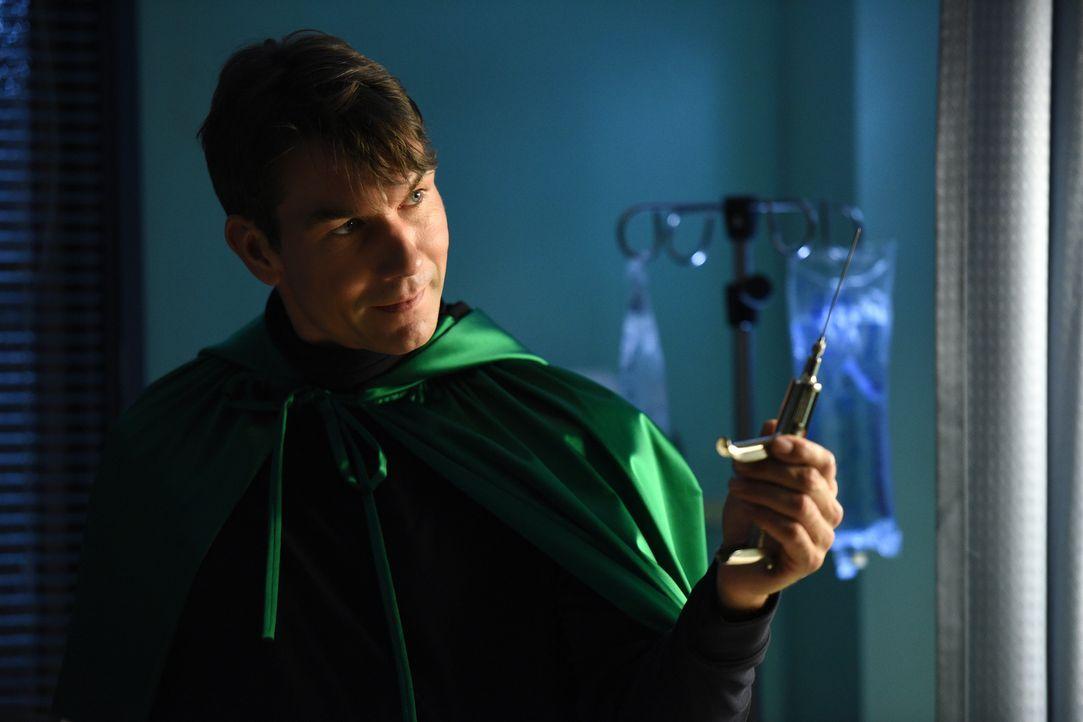 Hat Dr. Mike (Jerry O'Connell) im Jahre 1985 mit einer Handlung ein Monster erschaffen? - Bildquelle: 2016 Fox and its related entities.  All rights reserved.