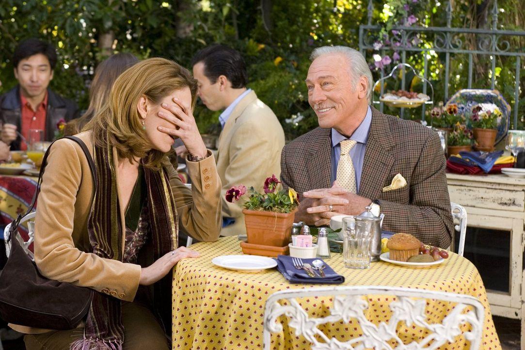Sarah (Diane Lane, l.) kann es nicht fassen: Ihr Vater Bill (Christopher Plummer, r.) ist auf Dating-Portalen im Netz unterwegs. Und wie es scheint,... - Bildquelle: Warner Brothers