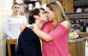 Anna (Jeanette Biedermann, l.) überrascht Jonas (Roy Peter Link, M.) und Katj...