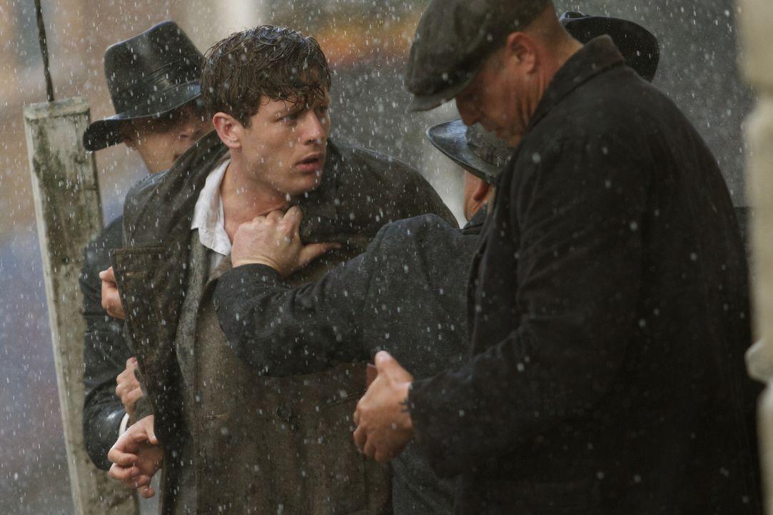 Mit seinen Recherchen zieht der junge Kolia (James Norton, M.) einigen Unmut auf sich. Doch würden die Männer ihn auch dafür töten? - Bildquelle: TM &   2012 BBC