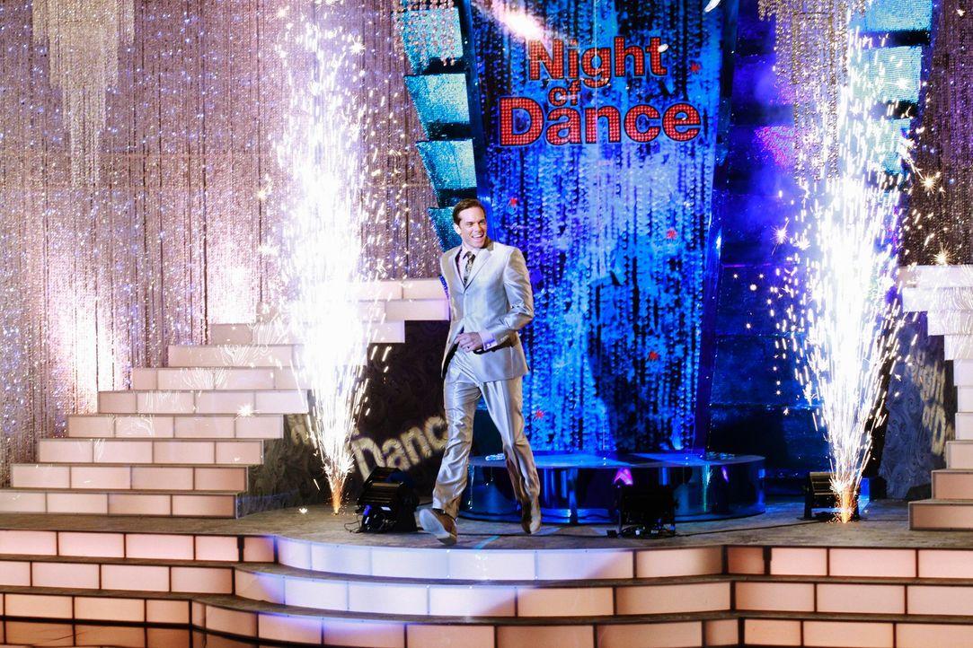 """Brad Melville (Adam Harrington), der Moderator der beliebten Tanzshow """"A Night of Dance"""", ahnt nicht, dass sich hinter den Kulissen ein tragisches U..."""