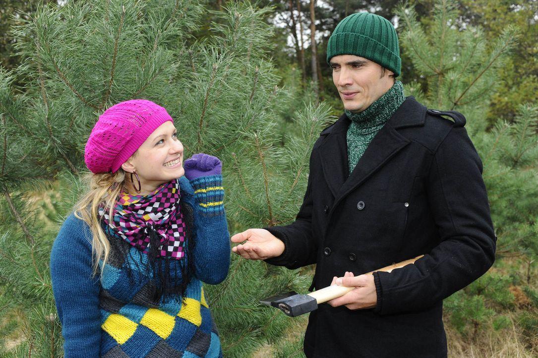Während beide ursprünglich in den Wald gegangen sind, um einen Baum zu fällen, wird aus Spaß Ernst: Mia (Josephine Schmidt, l.) und Alexander (P... - Bildquelle: SAT.1