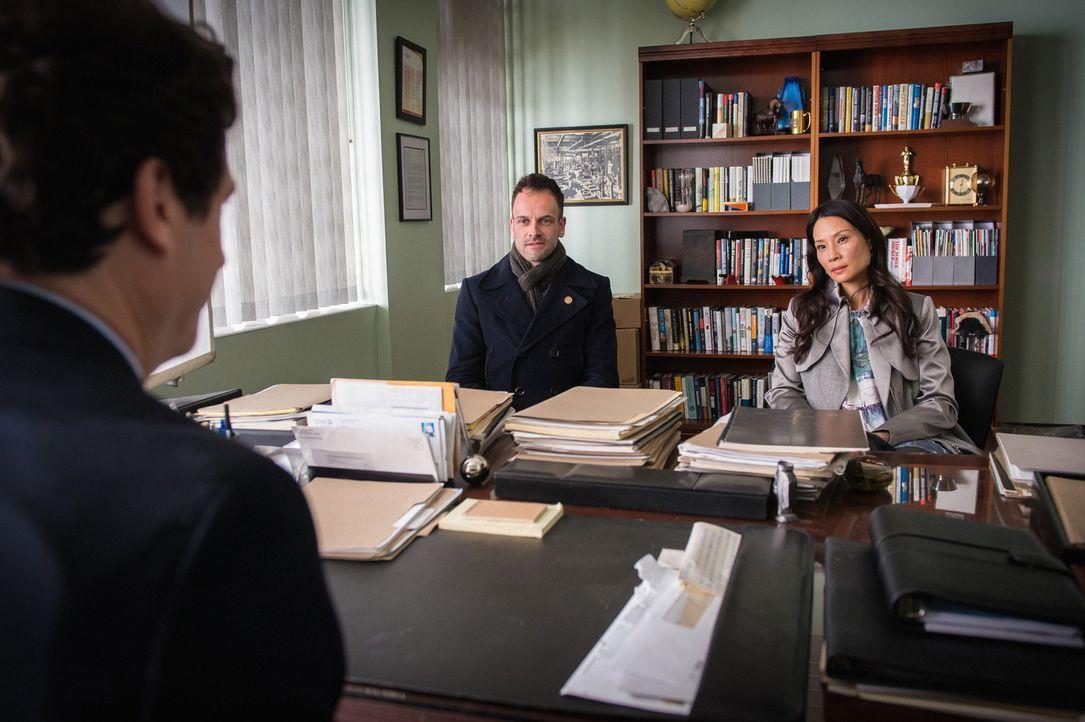 Als Holmes (Jonny Lee Miller, l.) und Watson (Lucy Liu, r.) selbst Ermittlungen aufnehmen, um herauszufinden, welche Verbindung zwischen ihm und der... - Bildquelle: CBS Television