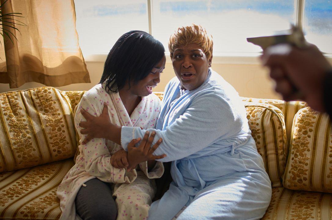 Ihr Job bei einem Geldschalter bringt Sheila (r.) und ihre Tochter Regina (l.) in tödliche Gefahr ... - Bildquelle: Steven Lungley Cineflix 2014