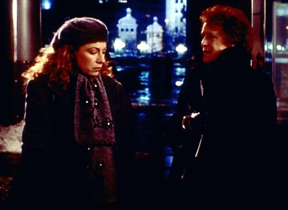 Corday (Alex Kingston, l.) ist enttäuscht. Ihre Mutter Isabelle (Judy Parfitt, r.) ist schon seit Tagen in der Stadt und hat es nicht für nötig geha... - Bildquelle: TM+  2000 WARNER BROS.