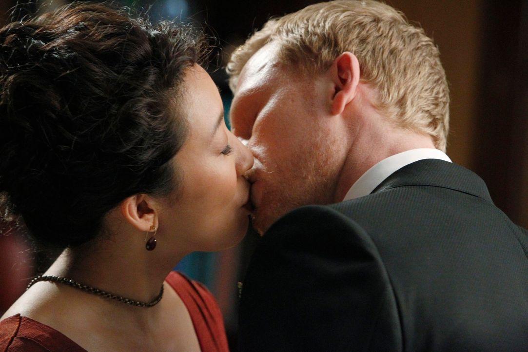 Sind überglücklich: Owen (Kevin McKidd, r.) und Cristina (Sandra Oh, l.) ... - Bildquelle: ABC Studios