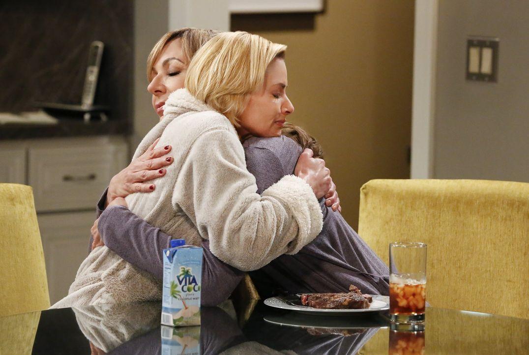 Jill (Jaime Pressly, l.) vertraut Bonnie (Allison Janney ,r.) ein großes Geheimnis an. Sie ist schwanger ... - Bildquelle: 2016 Warner Bros. Entertainment, Inc.