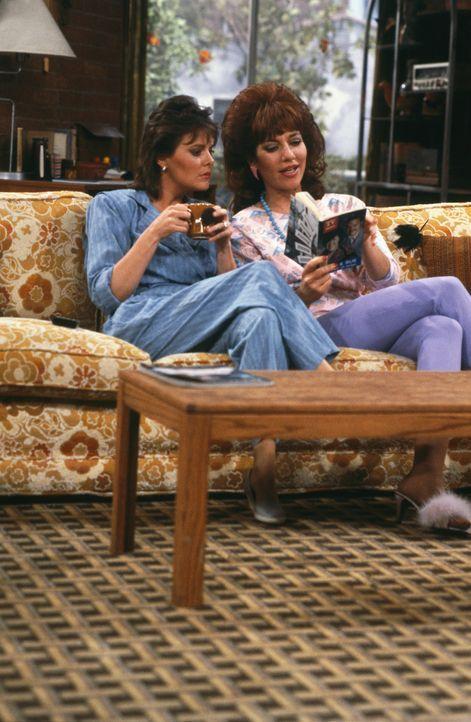 Sind für jeden Tratsch und Klatsch zu haben: Nachbarin Marcy Rhoades (Amanda Bearse, l.) und die hochtoupierte Peggy Bundy (Katey Sagal, r.) ... - Bildquelle: 1987 Embassy Communications. All Rights Reserved.