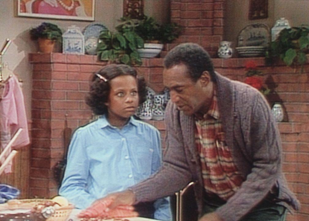 Cliff (Bill Cosby, r.) versucht, sich ernsthaft mit seiner Tochter Vanessa (Tempsett Bledsoe, l.) zu unterhalten. - Bildquelle: Viacom