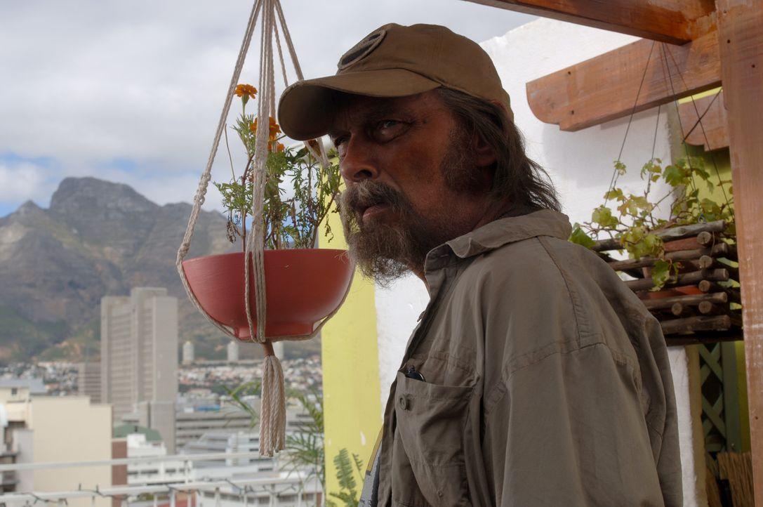 Der Ranger Bill (James Faulkner) ist mit allen Wassern gewaschen und weiß, wie das Leben in Südafrika abläuft ... - Bildquelle: Buena Vista Pictures